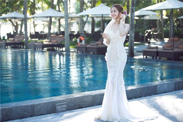 Bộ váy được làm nhiều giờ liền từ chất liệu ren cao cấp, nhằm tôn lên vẻ đẹp của áhậu cũng như ba vòng chuẩn. - Tin sao Viet - Tin tuc sao Viet - Scandal sao Viet - Tin tuc cua Sao - Tin cua Sao