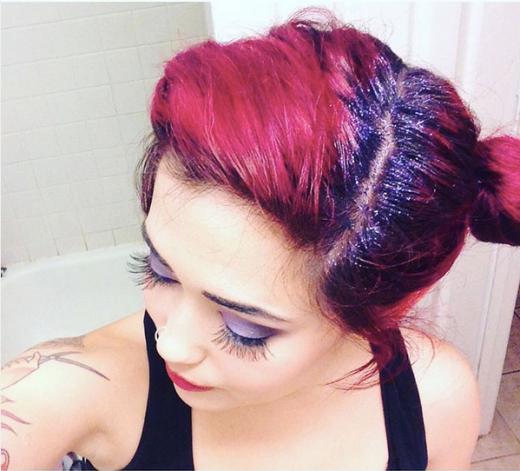 """Glitter roots cũng là trào lưu được đón nhận ở nhiều nơi, đặc biệt là tại Mỹ. Chỉ cần dùng gel vuốt tóc và kim tuyến là sẽ có ngay """"dải ngân hà"""" đẹp lung linh trên đầu. (Ảnh:buzzfeed)"""