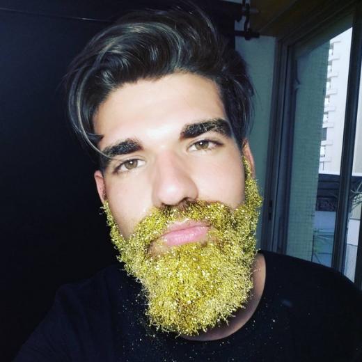 Trang trí cho bộ râu lấp lánh cũng là một cáchlàm đẹp khá lạ của các chàng trai. Cách tạo chúng cũng rất đơn giản: phủ đầy kim tuyến vào râu là được. (Ảnh:buzzfeed)