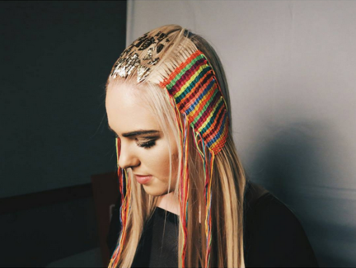 Tấm thảm tóc khá đẹp và đặc biệt. Chúng được tạo ratừ những lọn tóc đan với len. (Ảnh:buzzfeed)