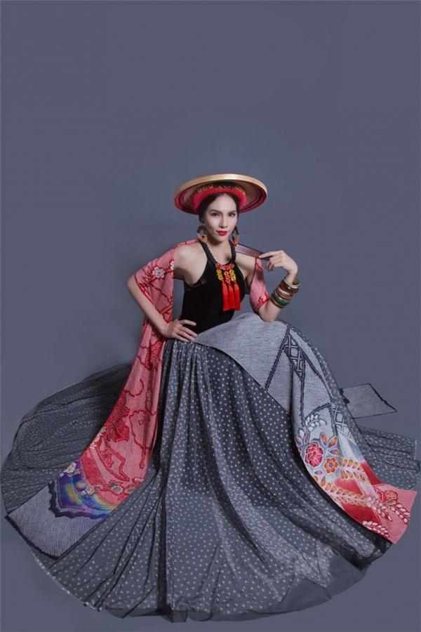 Đến với Miss Grand International 2015, Lệ Quyên gây bất ngờ khi không chọn áo dài làm trang phục truyền thống. Thay vào đó, cô diện yếm kết hợp chân váyxòe cùng khăn choàng được lấy ý tưởng từ vẻ đẹp của người Dao đỏ. Tuy nhiên, xét về tổng thể, bộ trang phục này có vẻ không nổi bật khi đứng cạnh những quốc gia có bề dày thiết kế trang phục truyền thống độc đáo như: Venezuela, Bahamas, Philippines, Brazil…