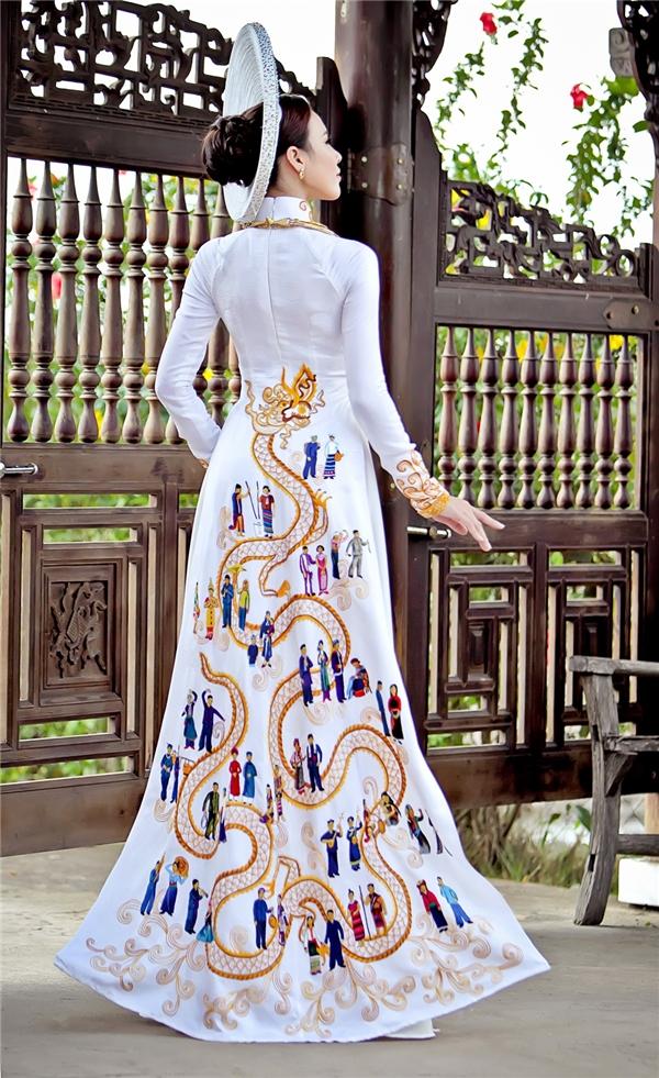 Trong lần chinh chiến này, Lệ Quyên được nhà thiết kế Thuận Việt chuẩn bị cho bộ trang phục truyền thống khá kì công với ý tưởng từ tình đoàn kết, tinh thần truyền thống của 54 dân tộc anh em. Mặc dù không giành được thứ hạng cao trong phần thi trang phục truyền thống, nhưng bộ áo dài lại gần như chiếm được tình cảm của khán giả nước nhà bởi sự tinh tế, kì công, toát lên sự giản dịnhưng vẫn sang trọng, quyền quý.
