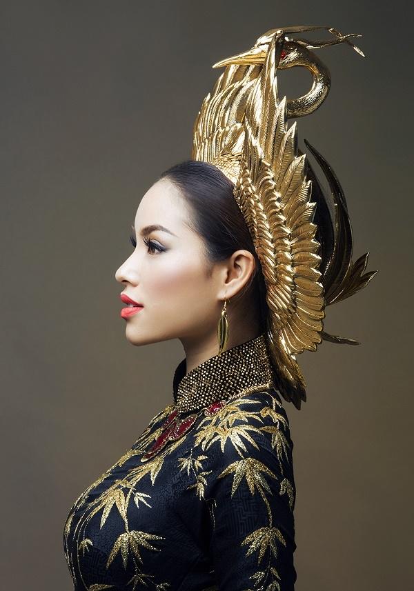 Kết hợp với bộ áo dài là chiếc mấn đội đầu được cách điệu từ hình ảnh chim hạc.