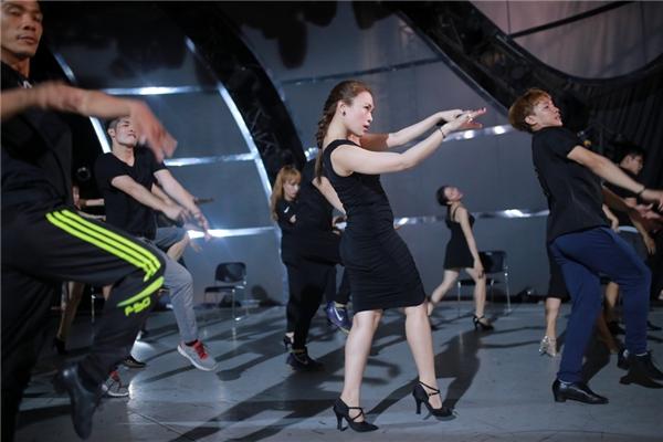 Mỹ Tâmsẽ trình diễn ca khúc này kết hợp cùng hơn 20 vũ công đến từ 2 vũ đoàn đình đám nhất giới vũ công Việt Nam hiện nay làMTEvàUDGqua bàn tay biên đạo củaJohn Huy Trần. - Tin sao Viet - Tin tuc sao Viet - Scandal sao Viet - Tin tuc cua Sao - Tin cua Sao