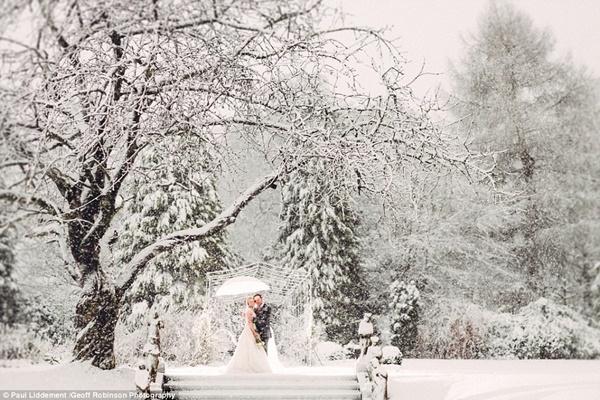 Tuyết rơi dày 20cm không ngăn cản niềm đam mê của hai vợ chồng.
