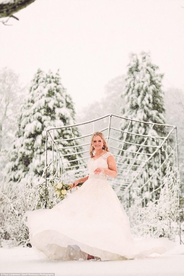 'Chúng tôi rất vui khi thấy tuyết. Thật kỳ diệu!', cô dâu và chú rể đều rất vui sướng trước cảnh tượng kỳ ảo.