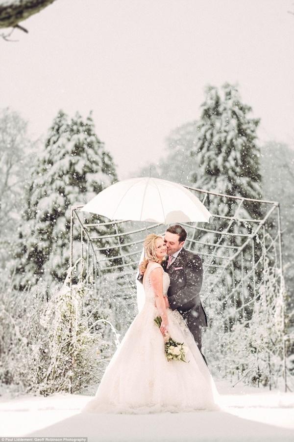 Carly và Chris Atwill rất vui mừng khi có tuyết rơi trong lễ cưới của họ.