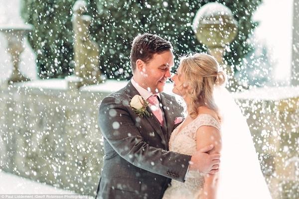 Cả hai mạnh dạn ra đứng ngoài trời tuyết lạnh chụp lại khoảnh khắc huyền ảo.