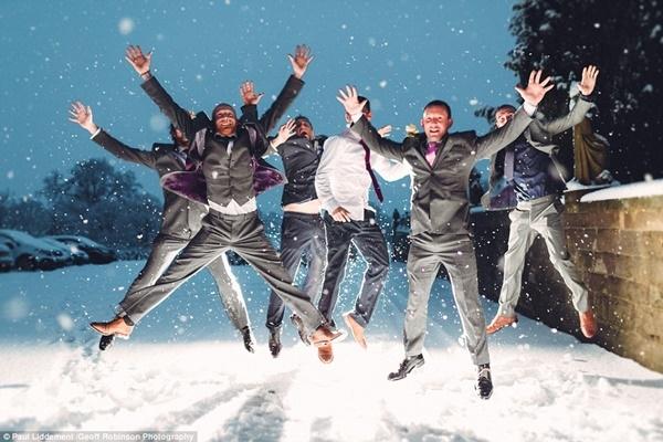 Khách mời đến đám cưới rất hào hứng với tuyết. Nhiều người khách bất chấp lạnh giá để ra ngoài chụp ảnh.