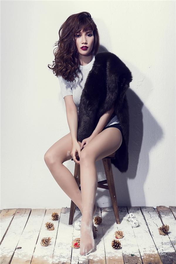 Bên cạnh đó, nữ diễn viên còn liên tục biến hóa trong nhiều kiểu trang phục khác nhau, từ chiếc váy len khoe vai trần đến quần ngắn làm nổi bật đôi chân thon. - Tin sao Viet - Tin tuc sao Viet - Scandal sao Viet - Tin tuc cua Sao - Tin cua Sao