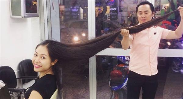 Phương Thu chỉ cao 1m60 nhưng có lúc mái tóc của cô có chiều dài đỉnh điểm đến 1m75. (Ảnh Internet)