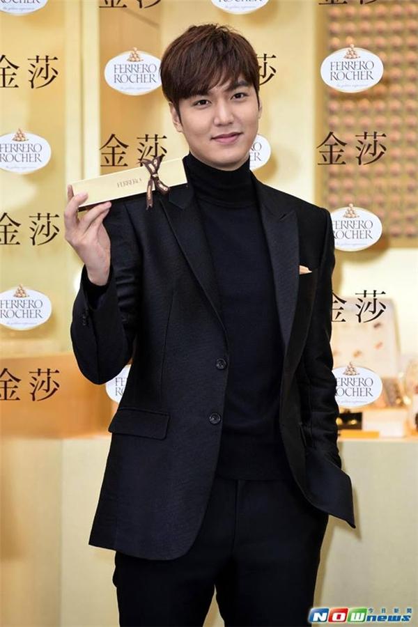 """Trong ngày khai trương thương hiệu 15/12, trang Sina nhận xét: """"Ngày 14, mặt Lee Min Ho phát tướng tròn như bánh Trung thu, ngày 15 anh đã lấy lại phong độ.""""."""
