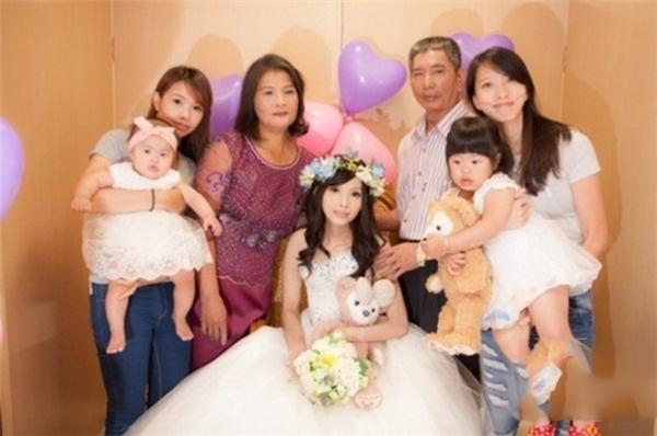 Gia đình luôn bên cạnh Gia Dung trên bước đường chiến đấu cùng bệnh tật. (Ảnh: Internet)