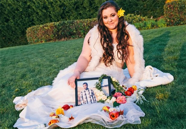 Lauren mang theo di ảnh của Tristin đến nơi họ đã từng có nhiều kỉ niệm. (Ảnh: Internet)
