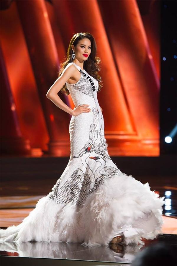 Những bước catwalk của Phạm Hương trong bộ váy này gần như thuyết phục được toàn bộ khán giả bởi sự tự tin, bản lĩnh, thu hút.