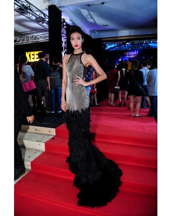 Bộ váy dài mà Nguyễn Oanh diện trong đêm chung kết Vietnam's Next Top Model 2015 có cấu trúc tương tự với thiết kế của Công Trí dành cho Phạm Hương. Tuy nhiên, nếu như phần đuôi váy của Phạm Hương xòe rộng ra thì thiết kế của Nguyễn Oanh lại nhẹ nhàng, uyển chuyển và liền khớp với thân trên.