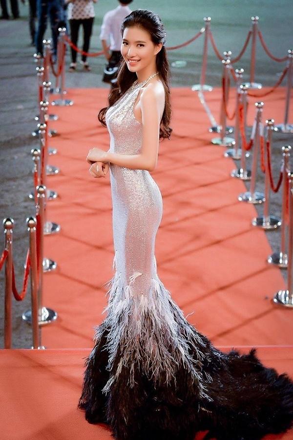 Trên thảm đỏ khai mạc Liên hoan Phim Việt Nam 2015, MC Thùy Linh cũng diện thiết kế tương tự nhưng với phần thân màu xám bạc, đuôi kết hợp lông 2 màu xen kẽ theo từng lớp. Bộ váy này vừa giúp tôn đường cong vừa giúp Thùy Linh lấn át dàn mĩ nhân trên thảm đỏ.