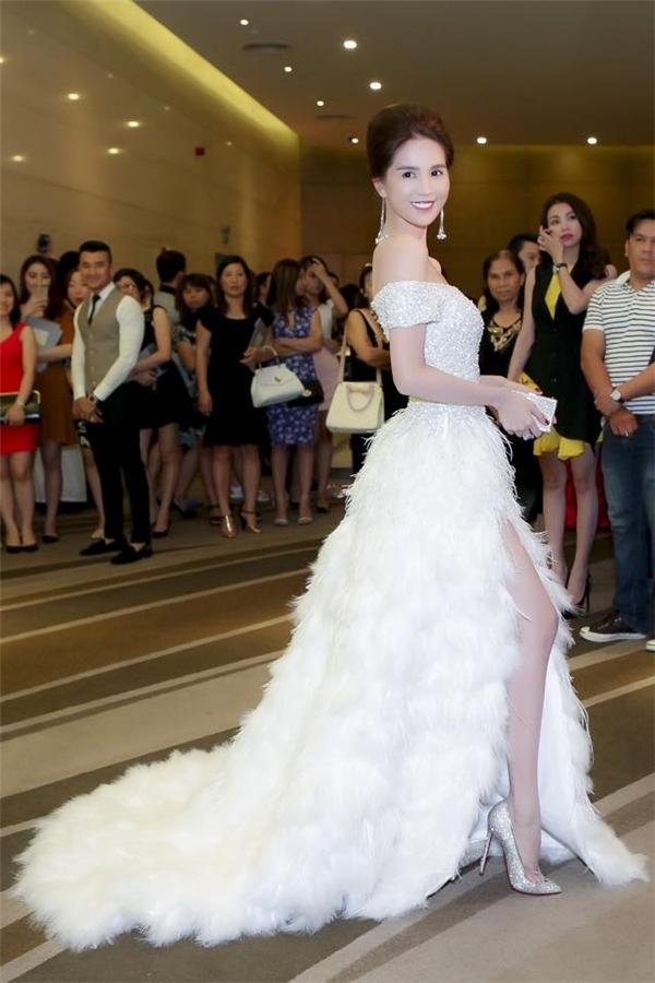 Nói đến những bộ váy đính lông không thể không kể đến bộ váy trắng muốt của Ngọc Trinh vào đầu tháng 10 vừa qua. Thiết kế có phom khá cổ điển nhưng chính chi tiết đính kết đá quý, lông đã góp phần tạo nên sức hút khá mạnh liệt. Cô nàng trông giống như công chúa bước ra từ những công chuyện cổ tích thần tiên với vẻ đẹp nhẹ nhàng, thanh thoát.