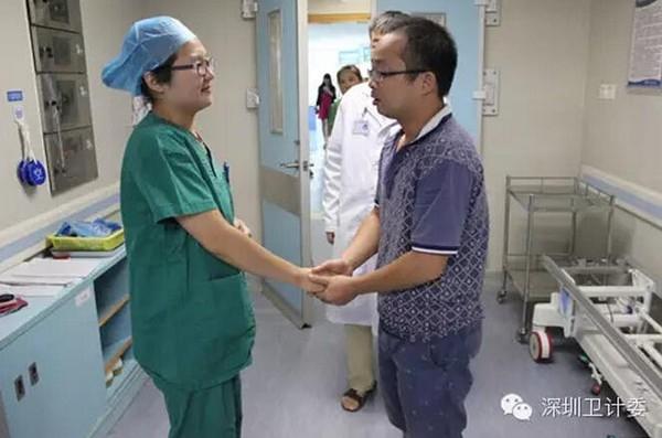 Gia đình bệnh nhân cảm ơn không ngớt trước lòng nhân hậu của nữ bác sỹ.