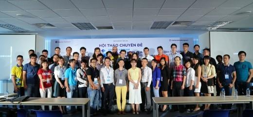 Top 40 của cuộc thi Venture Cup 2015 chụp hình lưu niệm cùng các diễn giả trong buổi chia sẻ kinh nghiệm kinh doanh vào ngày 4/12/2015.