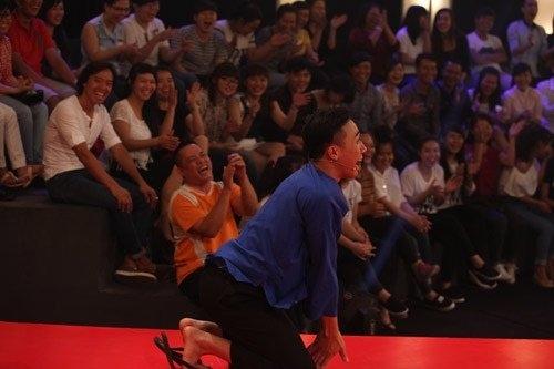 Trấn Thành quỳ lạy thí sinh Lê Thị Dần.