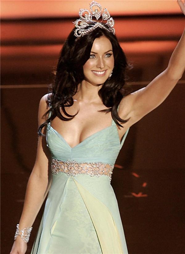 Natalie Clebova đăng quang Hoa hậu Hoàn vũ 2005. Cô là người Cannada nhưng có gốc Nga. Natalie được yêu mến bởi vẻ đẹp ngọt ngào, trong sáng và đôi chút quyến rũ, nóng bỏng. - Tin sao Viet - Tin tuc sao Viet - Scandal sao Viet - Tin tuc cua Sao - Tin cua Sao