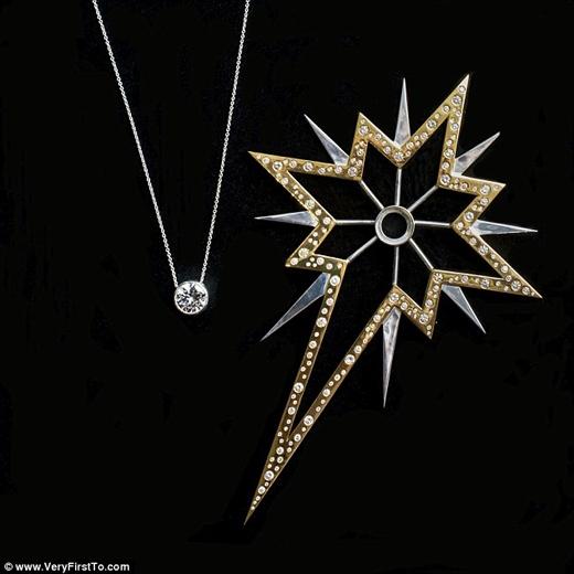 Ngôi sao trên đỉnh cây thông là đồ làm bằng tay từ bạc rắn, mạ vàng, và đính 280 viên kim cương, tổng cộng 12 cara, có giá hơn 931.000 đô. Viên kim cương nằm ở trung tâm ngôi sao có giá hơn 298.000 đô, và có thể tháo ra làm mặt dây chuyền. (Ảnh: Daily Mail)