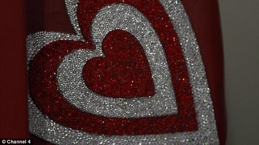 Giấy gói quà Giáng sinh được dáthoàn toàn bằng pha lê và hồng ngọc để cho xứng với giá trị món quà bên trong. (Ảnh: Daily Mail)