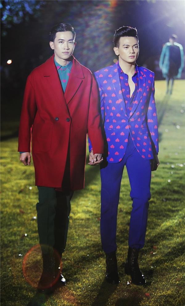 Để khắc họa và đề cao tình yêu giữa những người đồng tính, Đỗ Mạnh Cường đã ghép đôi Võ Cảnh và chàng thơ mới Lê Xuân Tiền. Cả hai diện những thiết kế có nhiều màu sắc nổi bật, thu hút.