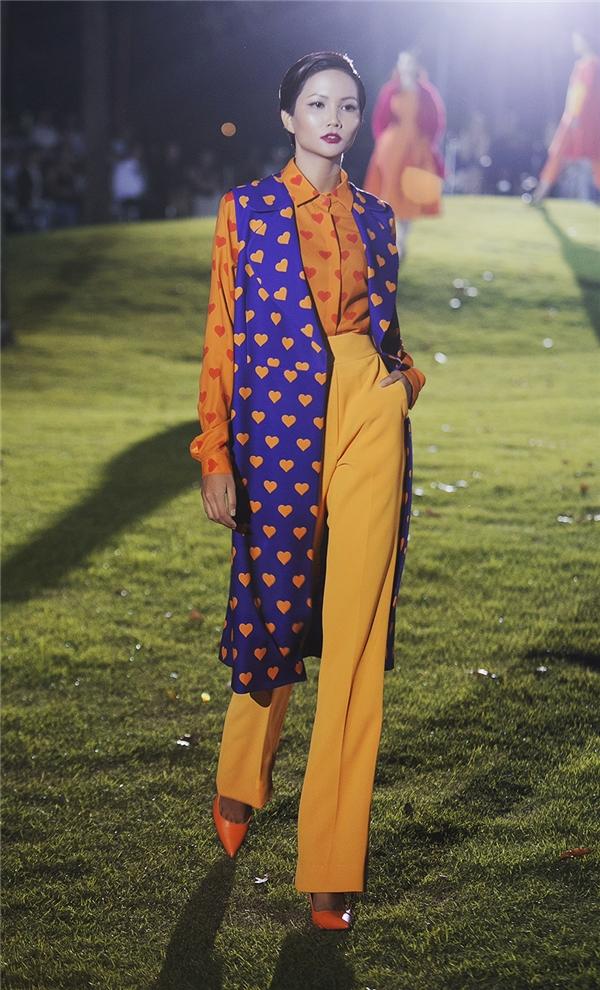 Đặc biệt, sự kết hợp của những gam màu nổi đã giúp Đỗ Mạnh Cường tạo nên sự phá cách độc đáo trong mùa thời trang Thu - Đông thay vào những tông màu cổ điển như: xám, beige, pastel, nâu…