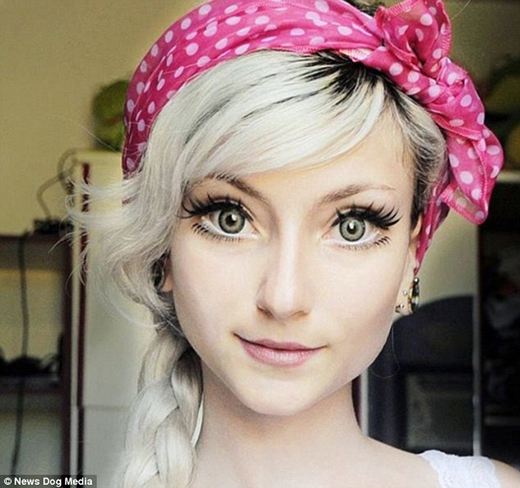 Andressa giải thích cách trang điểm của mình trên YouTube. Cô dùng phấn mắt nâu sậm ở phần mi dưới và dán mi giả phía dưới mi thật để tạo hiệu ứng mắt to hơn. (Ảnh: Internet)