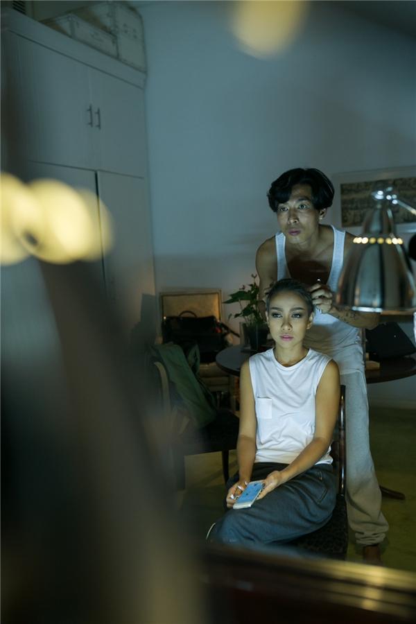 Kết thúc buổi tập, nữ ca sĩ chuẩn bị trang phục và trang điểmcho màn trình diễn. - Tin sao Viet - Tin tuc sao Viet - Scandal sao Viet - Tin tuc cua Sao - Tin cua Sao