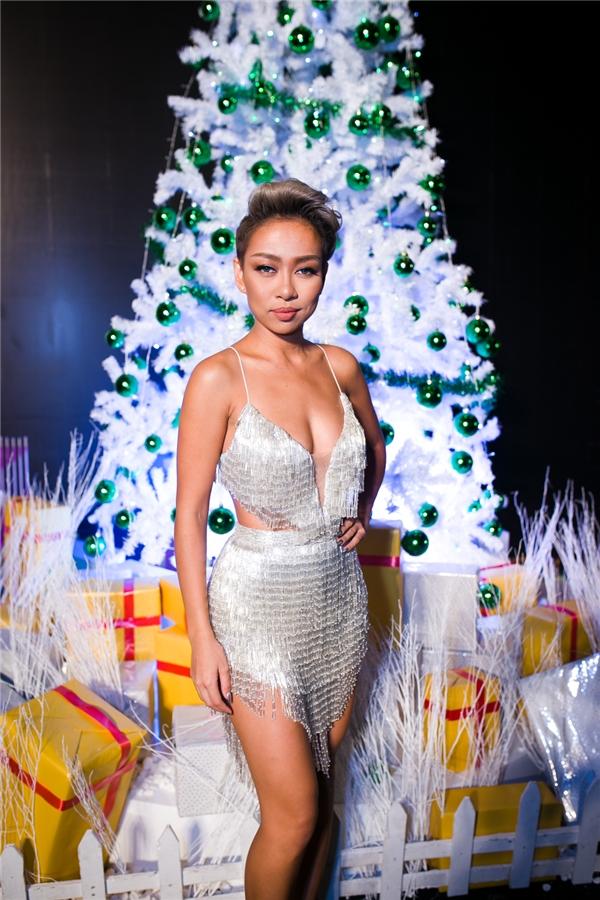 Trong chiếc đầm trắng quyến rũ,Thảo Trangtrở nên vô cùng xinh đẹp khi trình diễn tại một trung tâm thương mại quận 1. - Tin sao Viet - Tin tuc sao Viet - Scandal sao Viet - Tin tuc cua Sao - Tin cua Sao