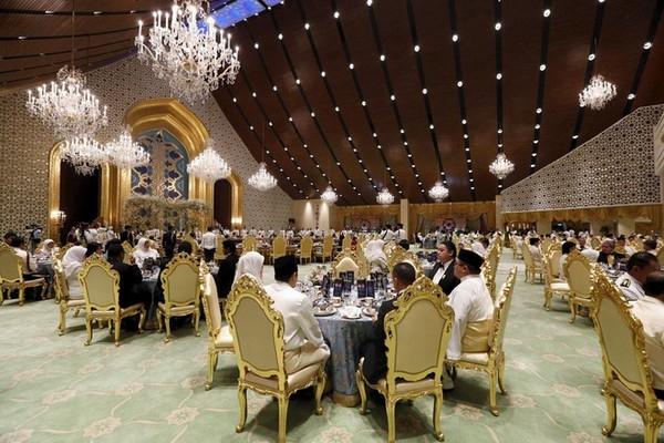 Khung cảnh buổi tiệc cưới. (Ảnh: Internet)  Quốc vươngHassanal Bolkiah. (Ảnh: Internet)