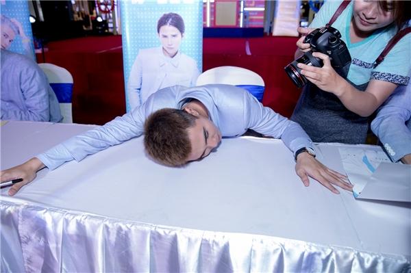 Will nằm dài trên bàn vì quá mệt - Tin sao Viet - Tin tuc sao Viet - Scandal sao Viet - Tin tuc cua Sao - Tin cua Sao