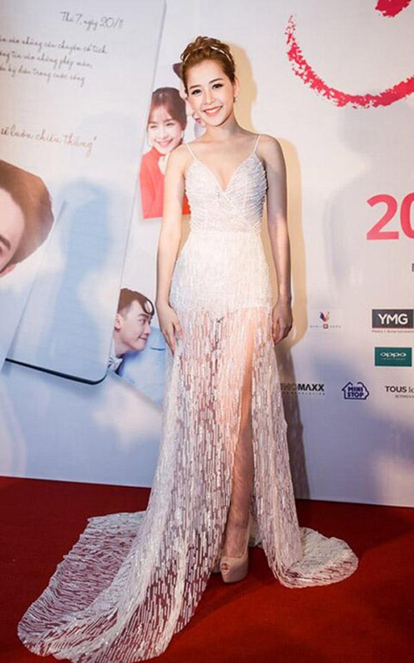 """Trong buổi họp báo ra mắt phim điện ảnh Yêu vừa qua, Chi Pu diện một chiếc đầm xẻ ngực ở mức """"gợi cảm vừa phải"""" nhận được nhiều lời khen ngợi."""