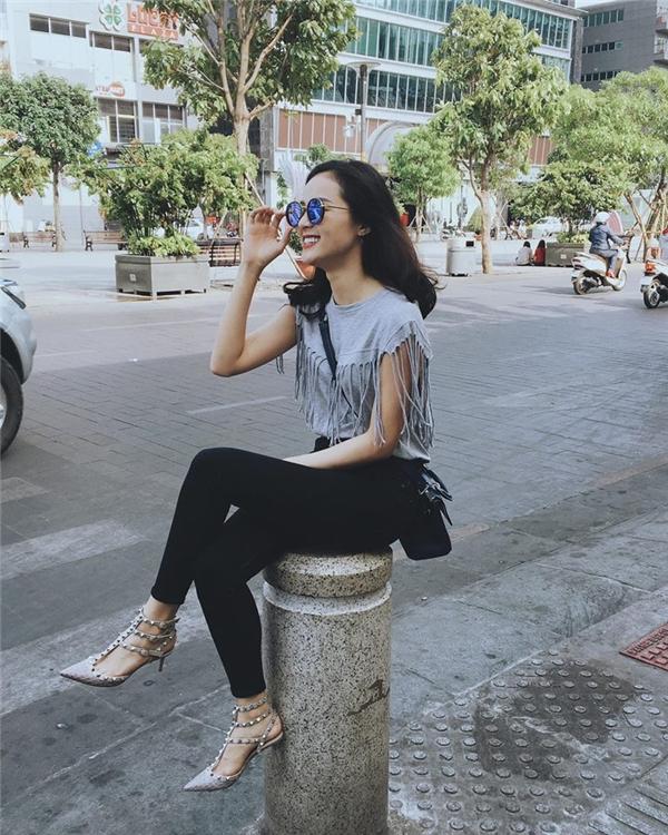 Bạn gái Cường Đôla - Hạ Vi đầy ấn tượngtrong bộ cánh trẻ trung. Phong cách của cô nàng tuần này đơn giản chỉ có quần legging và áo thun hút mắt. Mắt kính, giày cao gót tán đinh, túi xách là những phụ kiện không thể thiếu của người đẹp.
