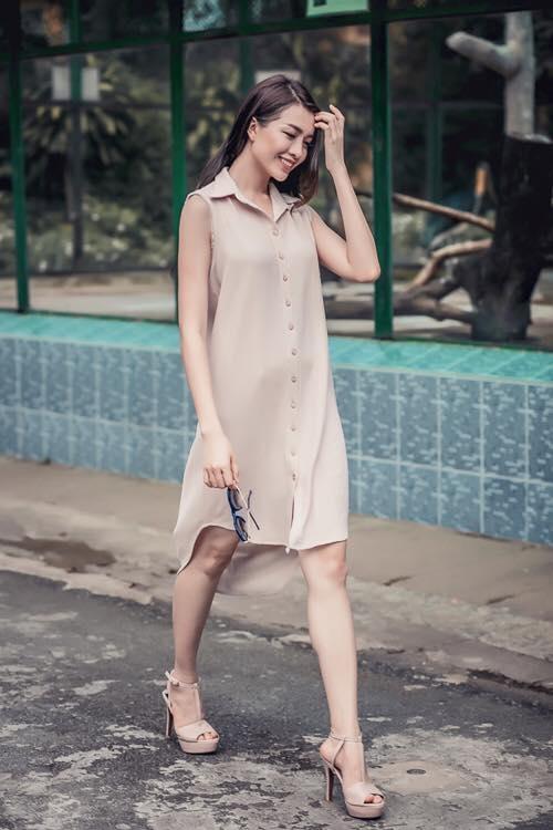 Á hậu Hoàn Vũ 2015 - Lệ Hằng dịu dàng, thướt tha trong chiếc đầm giả áo tông màu nude.