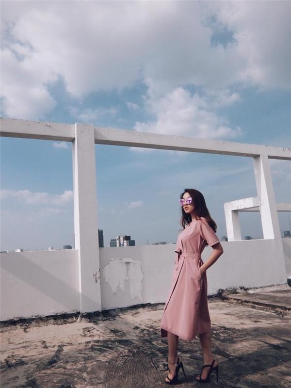 Nữ ca sĩ Emilydịu dàng nữ tính trong chiếc đầm đắp vạt màu hồng.