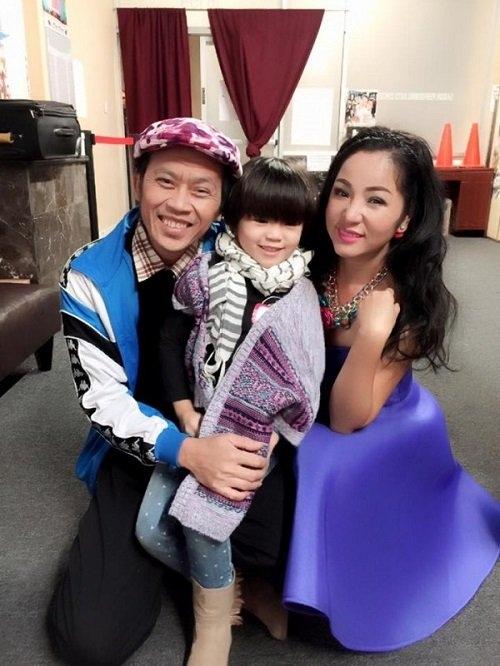 Hình ảnh Thúy Nga và con gái thân thiết bên nghệ sĩ Hoài Linh. - Tin sao Viet - Tin tuc sao Viet - Scandal sao Viet - Tin tuc cua Sao - Tin cua Sao