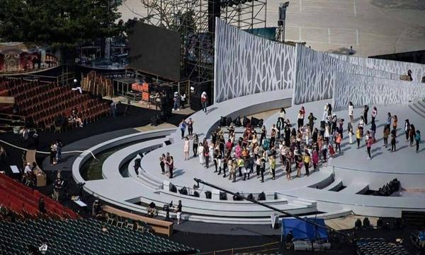 Trước giờ G, sân khấu đêm chung kết đã được hé lộ. Theo đó, các thí sinh sẽ được tham gia trình diễn trong một không gian ngoài trời với sân khấu được đầu tư khá hoành tráng. - Tin sao Viet - Tin tuc sao Viet - Scandal sao Viet - Tin tuc cua Sao - Tin cua Sao