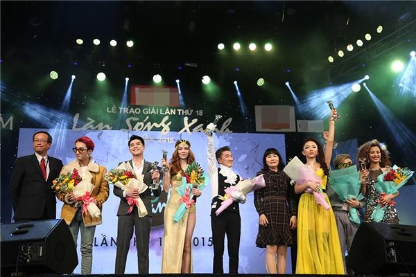 Đặc biệt, nữ ca sĩ Ngày mai còn được vinh danh ở hạng mục giải thưởng Top 5 ca sĩ được yêu thích nhất, bên cạnh Đông Nhi, Noo Phước Thịnh, Trung Quân, Sơn Tùng M-TP. - Tin sao Viet - Tin tuc sao Viet - Scandal sao Viet - Tin tuc cua Sao - Tin cua Sao