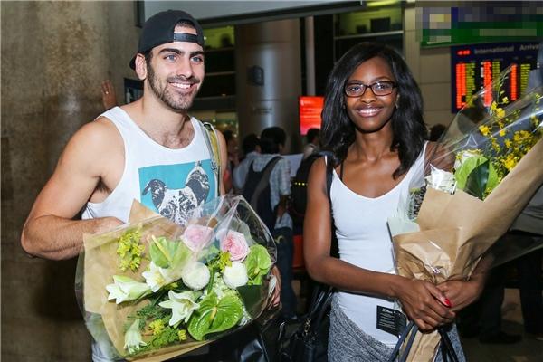 Cặp đôi vô cùng thân thiện tại sân bay. - Tin sao Viet - Tin tuc sao Viet - Scandal sao Viet - Tin tuc cua Sao - Tin cua Sao