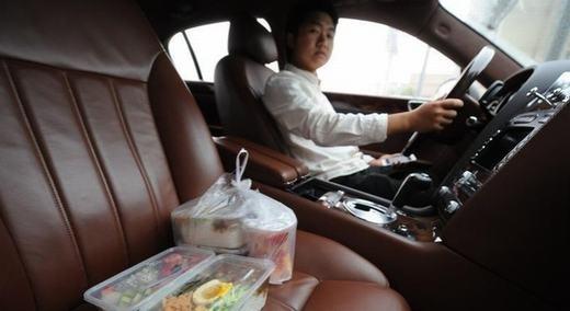 Vị đại gia này là một doanh nhân trẻ tuổi sinh năm 1990 mang họ Zhang và đang kinh doanh áo cưới tại Chiết Giang (Trung Quốc). Hàng ngày, vị thiếu gia này lái những chiếc xe như Porsche, Bentley hoặc Rolls – Royce để đi giao thức ăn hoặc nước uống với mức giá từ 15 đến 25 NDT (khoảng 50.000 đồng - 90.000 đồng) cho mỗi hộp thức ăn. Zhang cho biết, anh có một hạm đội xe để lái đi giao hàng mỗi ngày, mục đích không phải kiếm tiến mà chỉ để gây sự chú ý cho người khác. Không ít người tỏ thái độ không hài lòng với sự khoe của quá lố của vị thiếu gia 9X này. (Ảnh Internet)