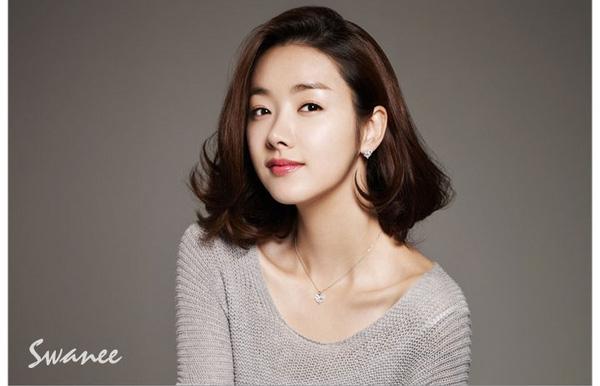 So Yi Hyun thì lại uốn đuôi tạo độ bồng bềnh cho toàn bộ mái tóc.