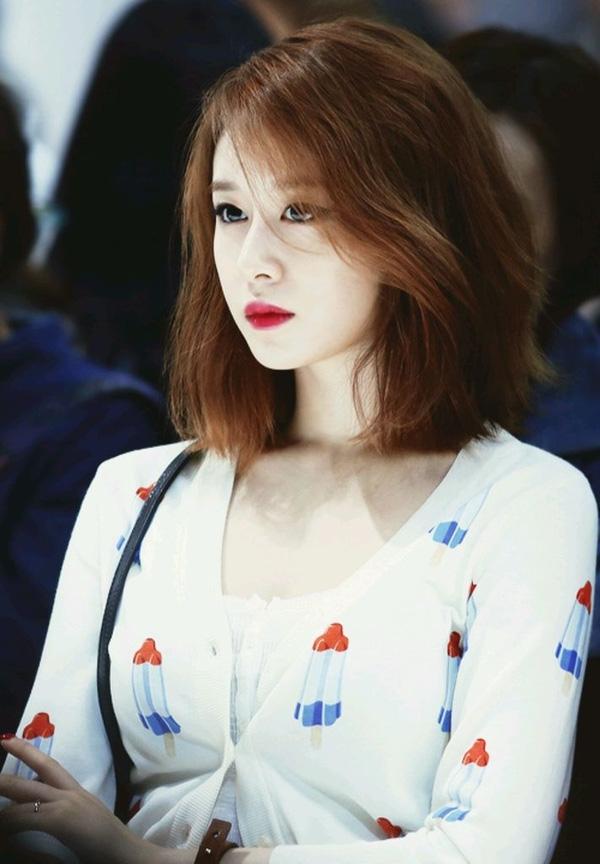 Tóc lob xoăn nhẹ tự nhiên phù hợp với mọi dáng khuôn mặt, đã giúp nhan sắc và gương mặt của Jiyeon thêm phần cá tính và thời thượng hơn.
