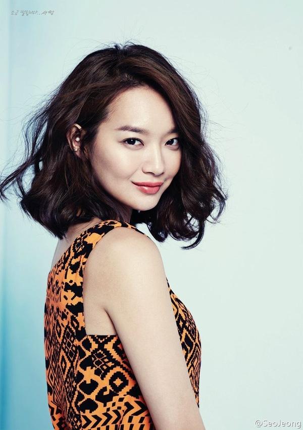 ... và Shin Min Ah đều chọn kiểu lob xoăn xóng nước cho vẻ ngoài quyến rũ và gợi cảm của mình.