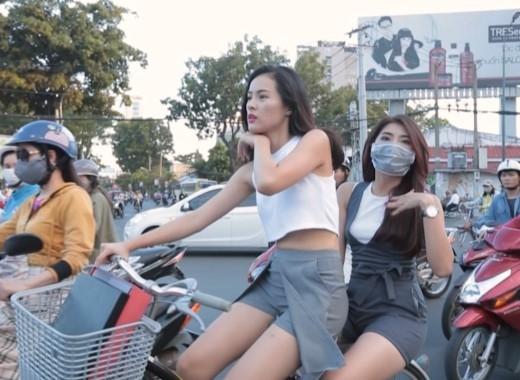 Giữa buổi chiều Sài Gòn đông đúc, Hạ Vi phải chở Phương Linh trên xe đạp để đến những địa điểm ăn uống. - Tin sao Viet - Tin tuc sao Viet - Scandal sao Viet - Tin tuc cua Sao - Tin cua Sao