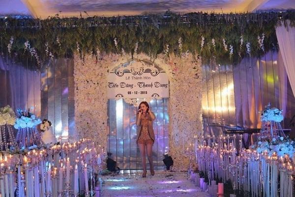 Nữ ca sĩ Hoàng Thùy Linh biểu diễn tại lễ cưới. (Ảnh: Internet)