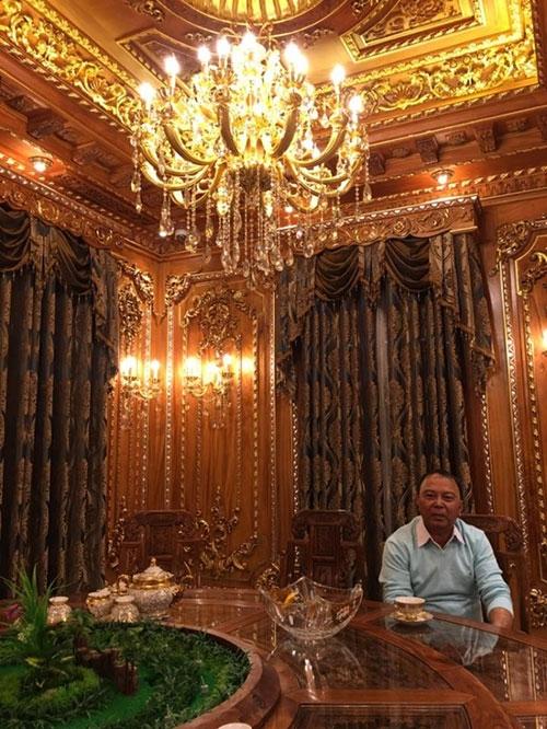 Ông Nguyễn Quốc Thanh bên trong ngôi nhà xa hoa của mình. (Ảnh: Internet)